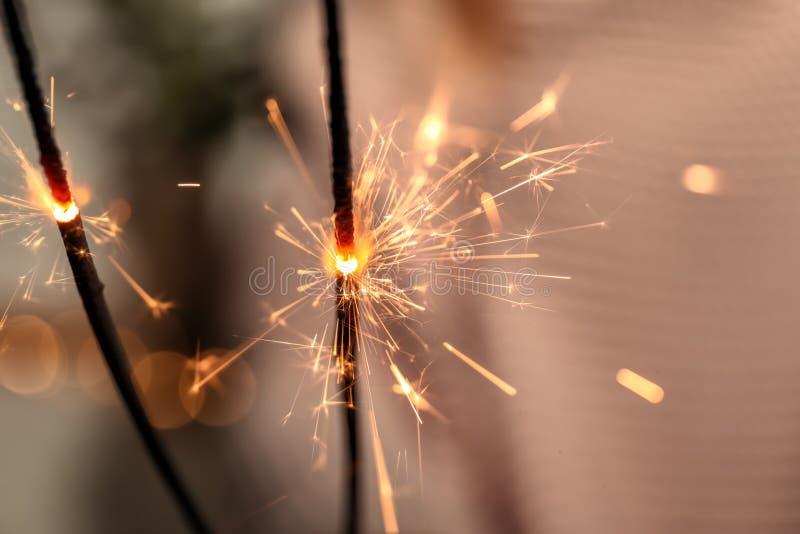 Bożenarodzeniowi sparklers na zamazanym tle, zbliżenie obrazy royalty free