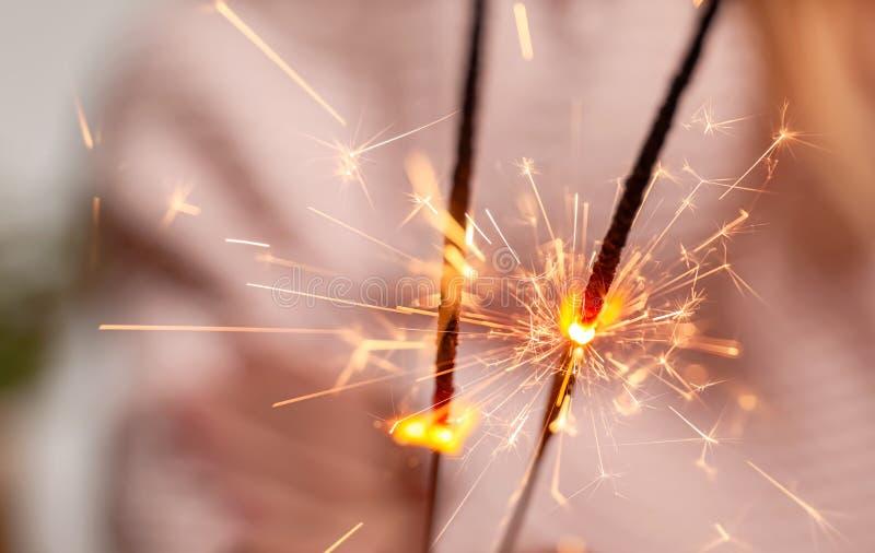 Bożenarodzeniowi sparklers na zamazanym tle, zbliżenie obrazy stock