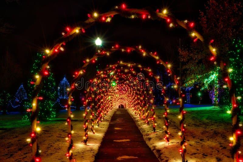 Bożenarodzeniowi tuneli/lów łuki i świąteczny oświetlenie obraz stock