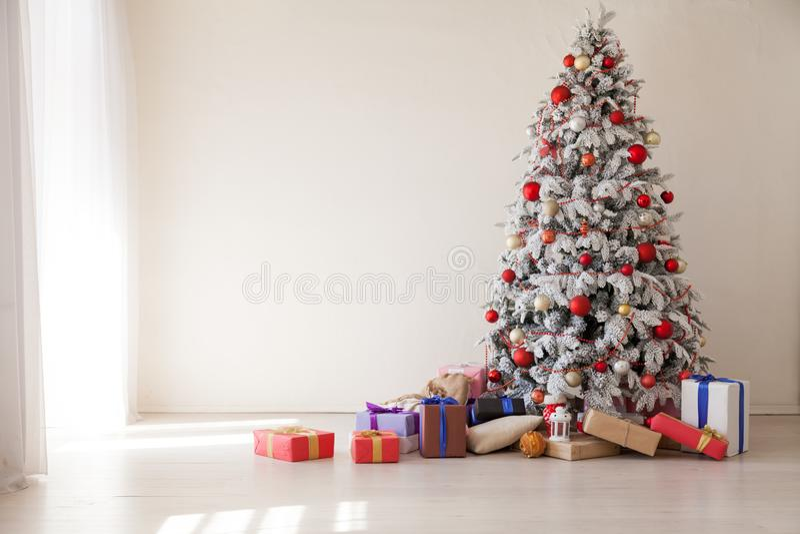 Bożenarodzeniowi Wewnętrzni starzy pokój kartki z pozdrowieniami nowego roku drzewa prezenty zdjęcie stock