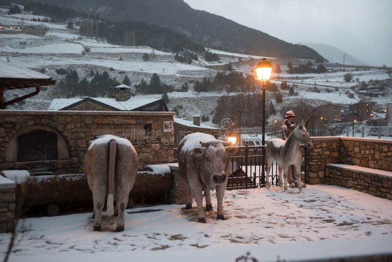 Bożenarodzeniowy ściąga snowed w pejzażu miejskim Canillo w zimie Canillo, Andorra obrazy stock