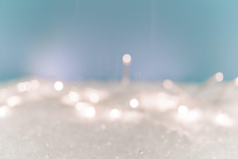 Bożenarodzeniowy Śnieżny tło z światłami i błękitem zdjęcie royalty free