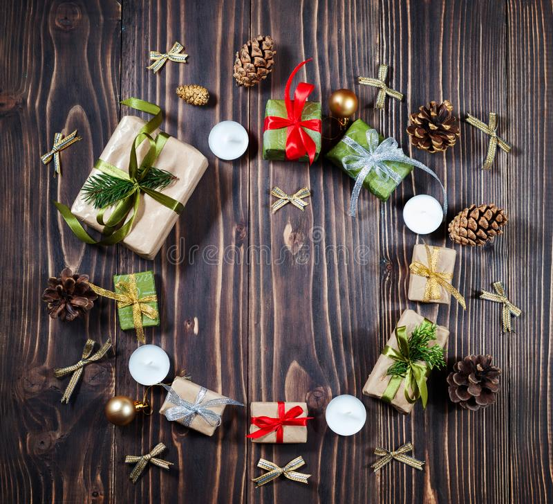 Bożenarodzeniowy Świąteczny prezenta pudełko i dekoraci czerwień, złoto, zielony faborek, Copyspace, Ciemny tło, Round rama obrazy royalty free