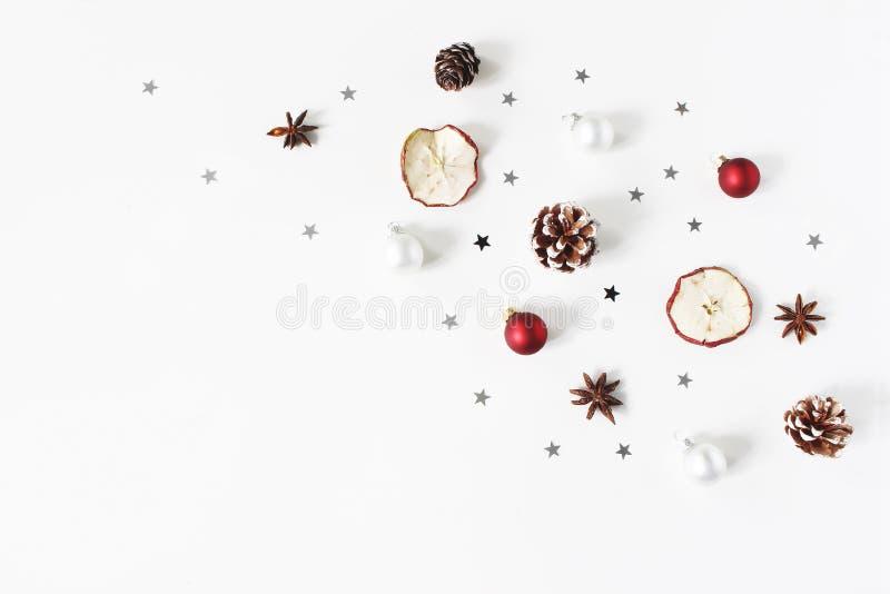 Bożenarodzeniowy świąteczny skład dekoracyjny wzór Czerwone Bożenarodzeniowe piłki, baubles, sosnowi rożki, wysuszona jabłczana o zdjęcia royalty free