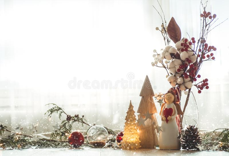Bożenarodzeniowy świąteczny wystroju wciąż życie na drewnianym tle, pojęcie domowa wygoda i wakacje, zdjęcie royalty free