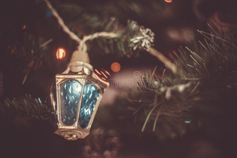 Bożenarodzeniowy atmosferyczny tło A w górę czerepu choinka z zabawkami, światła gerland fotografia royalty free