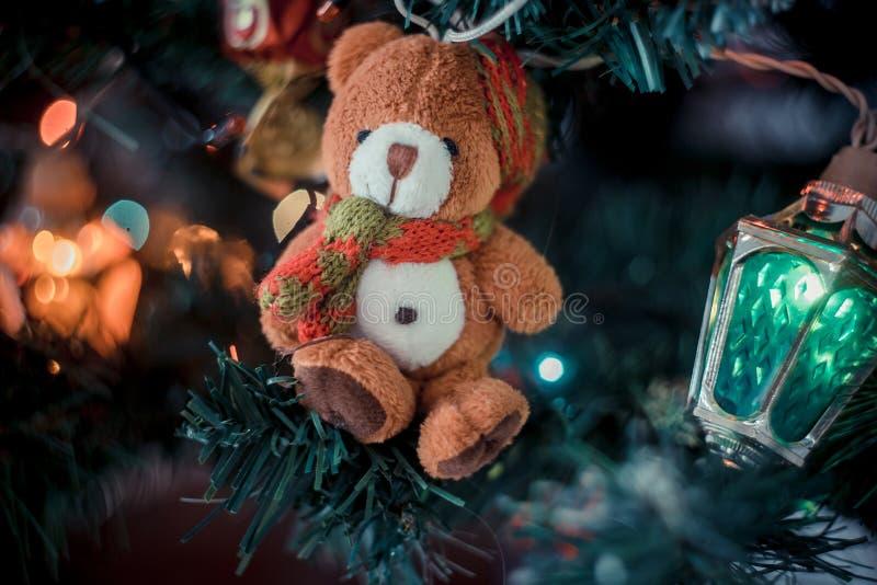 Bożenarodzeniowy atmosferyczny tło A w górę czerepu choinka z zabawkami, światła gerland obrazy stock