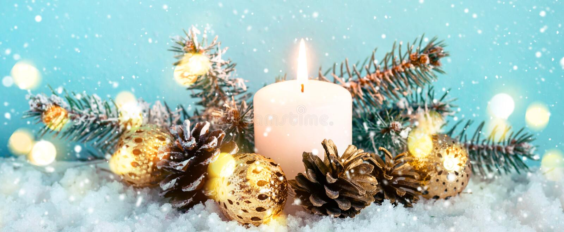 Bożenarodzeniowy błękitny sztandar Płonąca świeczka, conifers i rożki na śnieżnym tle, fotografia stock