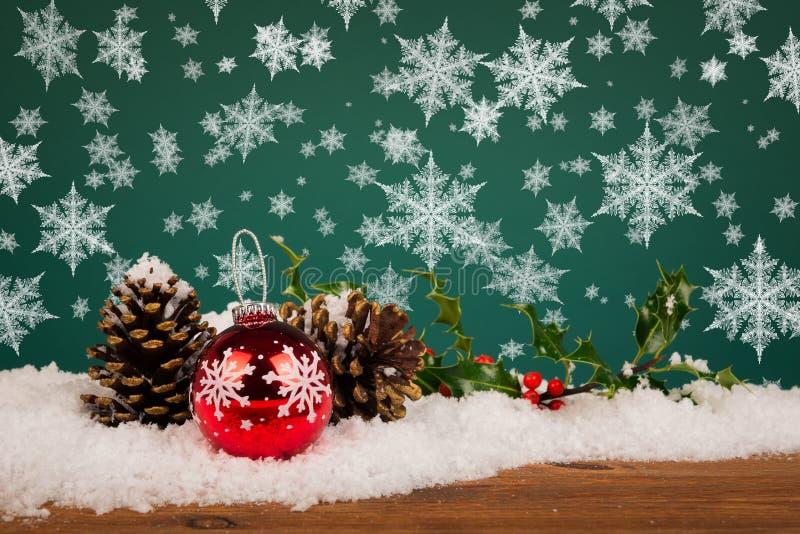 Bożenarodzeniowy bauble wciąż życie z płatkami śniegu zdjęcia stock