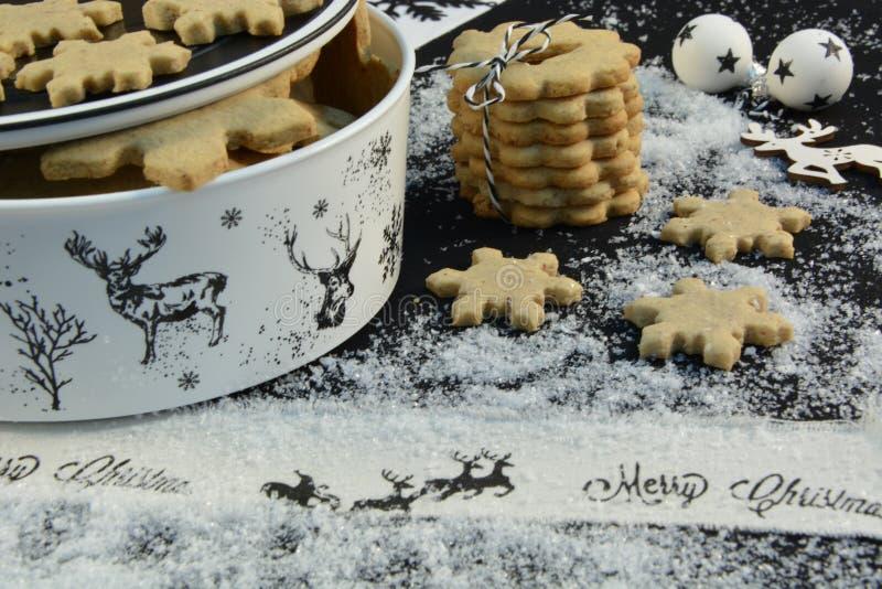 Bożenarodzeniowy ciastko krajacz z reniferem, cukierem i gwiazdą, zdjęcia stock