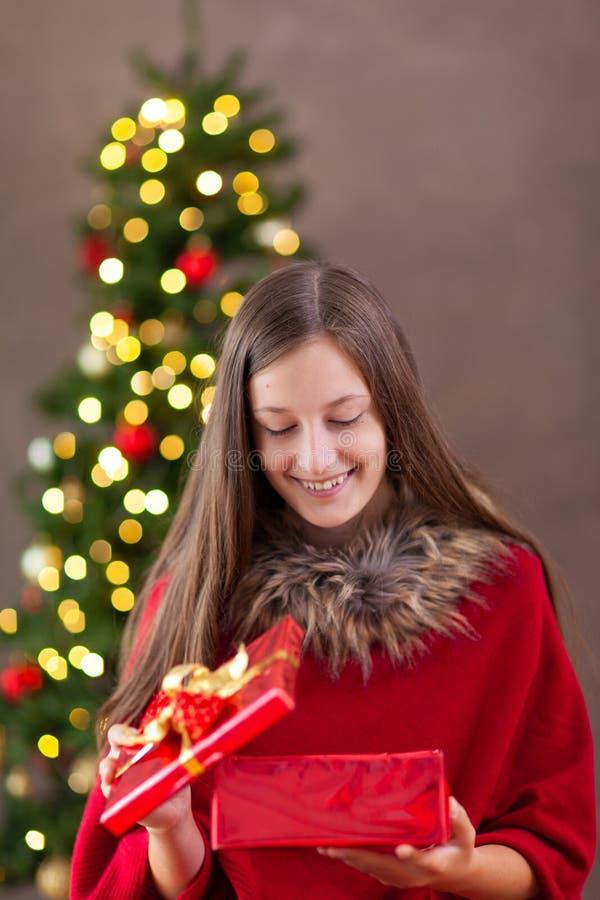 Bożenarodzeniowy czas, nastoletnia dziewczyna z boże narodzenie prezentem fotografia royalty free