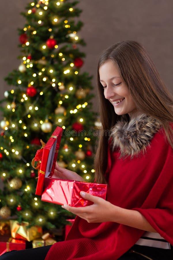Bożenarodzeniowy czas, nastoletnia dziewczyna z boże narodzenie prezentem fotografia stock