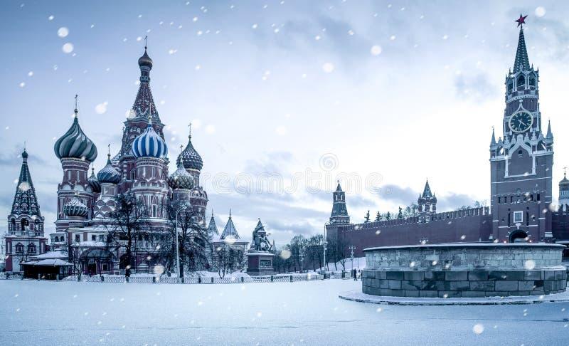 Bożenarodzeniowy czas w Moskwa - śnieg spada na placu czerwonym zdjęcie stock