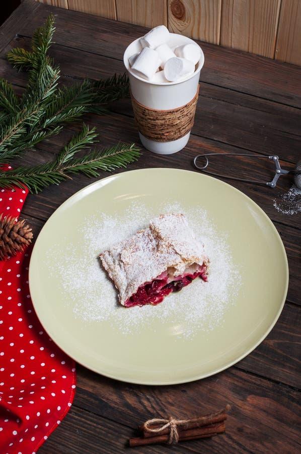 Bożenarodzeniowy czereśniowy strudel z marshmallow na drewno stole zdjęcia stock