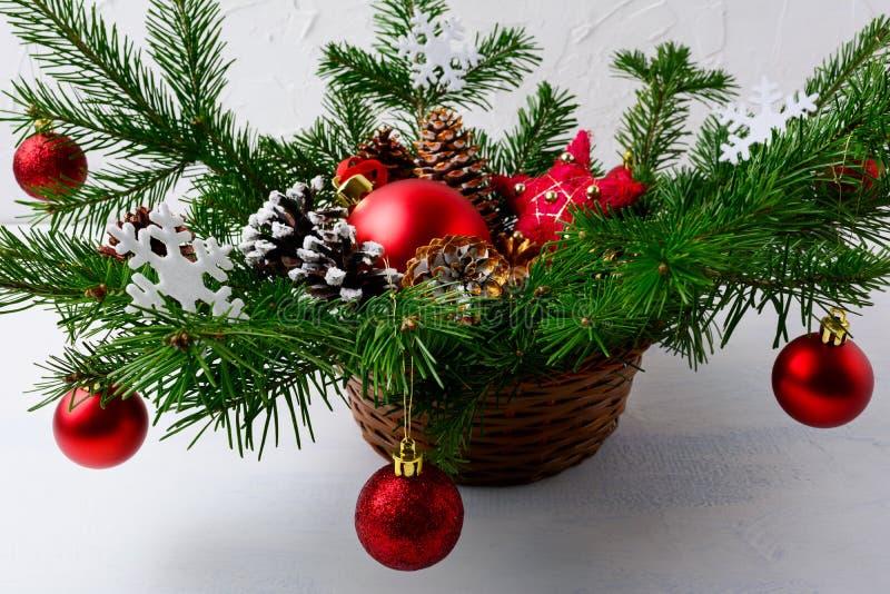 Bożenarodzeniowy czerwony ornament dekorował centerpiece w łozinowym koszu zdjęcia royalty free