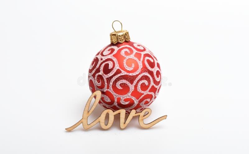 Bożenarodzeniowy dekoraci pojęcie Balowych bożych narodzeń dekoracyjny ornament i drewniana słowo miłość Miłość dekoruje Boże Nar obrazy royalty free