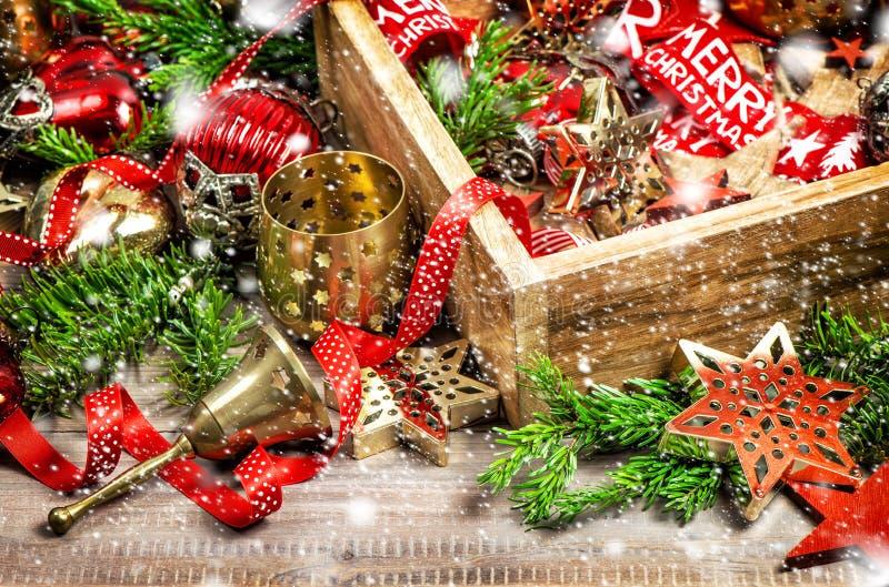 Bożenarodzeniowy dekoraci pudełko gra główna rolę ornamentu rocznika śnieg obraz stock