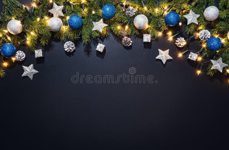 Bożenarodzeniowy dekoraci tło nad czarnym chalkboard zdjęcia stock