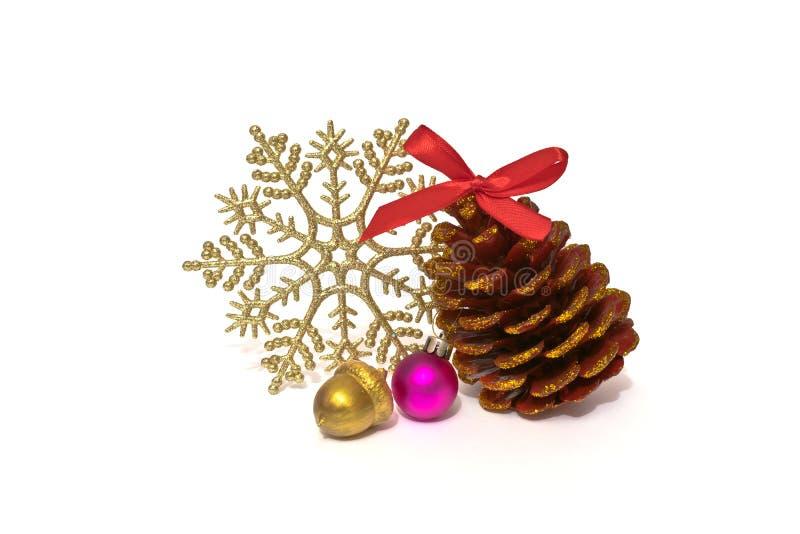 Bożenarodzeniowy dekoracji sosny rożek z błyska, błyszczący płatek śniegu i handmade złoty acorn na białym tle zdjęcia stock
