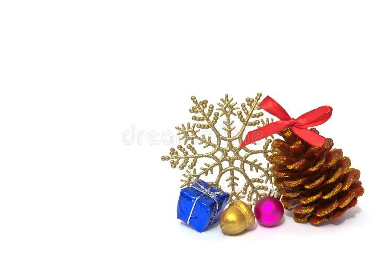Bożenarodzeniowy dekoracji sosny rożek z błyska, błyszczący płatek śniegu i handmade złoty acorn na białym tle fotografia royalty free