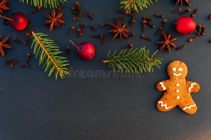 Bożenarodzeniowy dekoracji tło z piernikowego mężczyzny ciastkiem fotografia stock