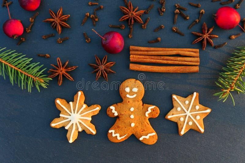 Bożenarodzeniowy dekoracji tło z piernikowymi ciastkami fotografia stock