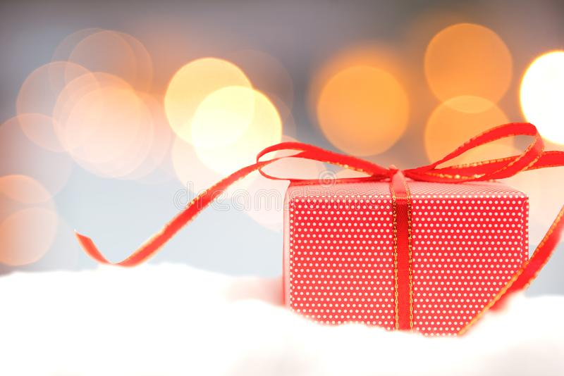 Bożenarodzeniowy dekoracyjny z czerwonym prezenta pudełkiem, płatkiem śniegu i Wesoło boże narodzenia 2018 i Szczęśliwy nowy rok obrazy royalty free