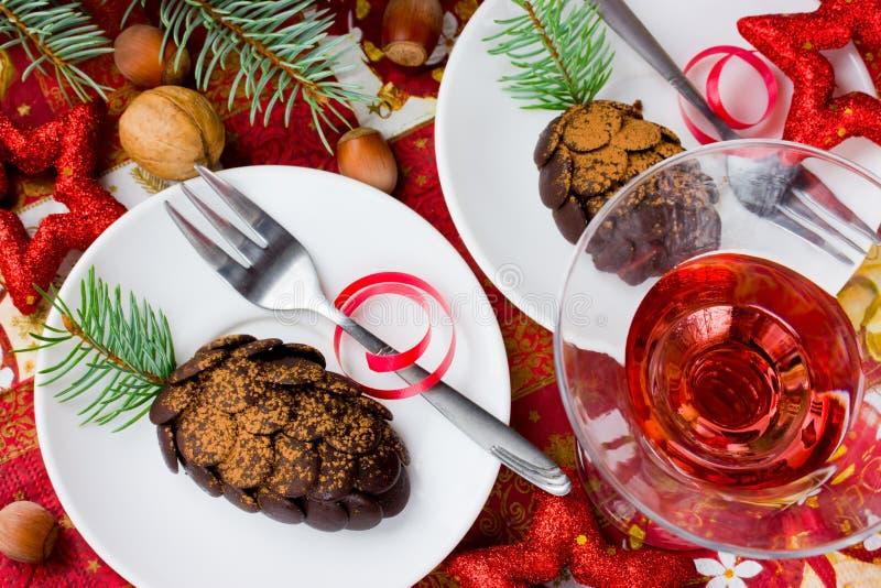 Bożenarodzeniowy deser czekoladowi rożki na wakacje stole, wino, fotografia stock