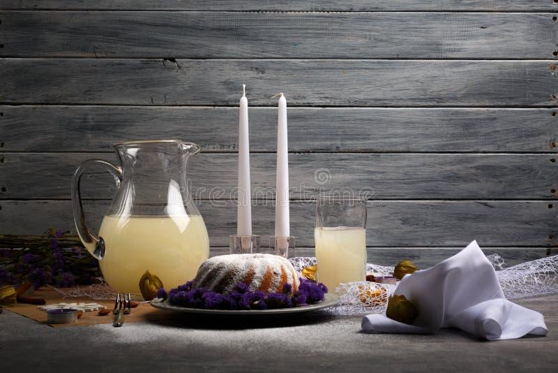 Bożenarodzeniowy deser z lodowaceniem pełno i dużym dzbankiem fruity napój na szarym drewnianym tle Dekoracyjne rzeczy zdjęcie royalty free