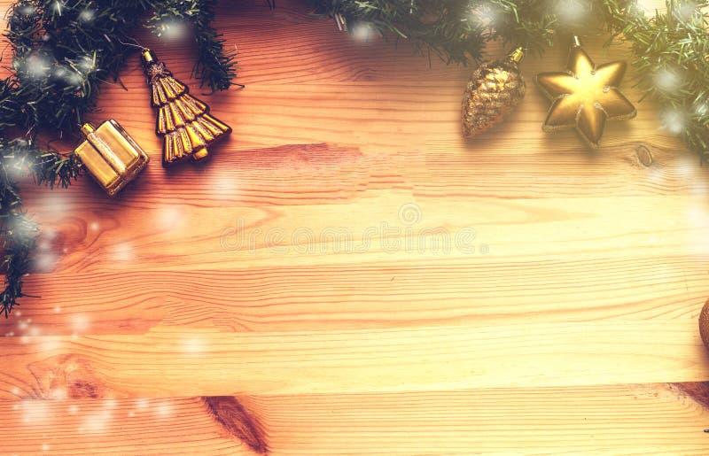 Bożenarodzeniowy drewniany tło z śnieżnym jedlinowym drzewem, złocisty boże narodzenie piłek widok z kopii przestrzenią zdjęcie royalty free