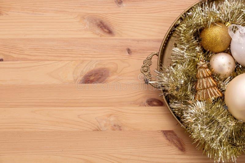 Bożenarodzeniowy drewniany tło z śnieżnym jedlinowym drzewem, złocisty boże narodzenie piłek widok z kopii przestrzenią obrazy royalty free