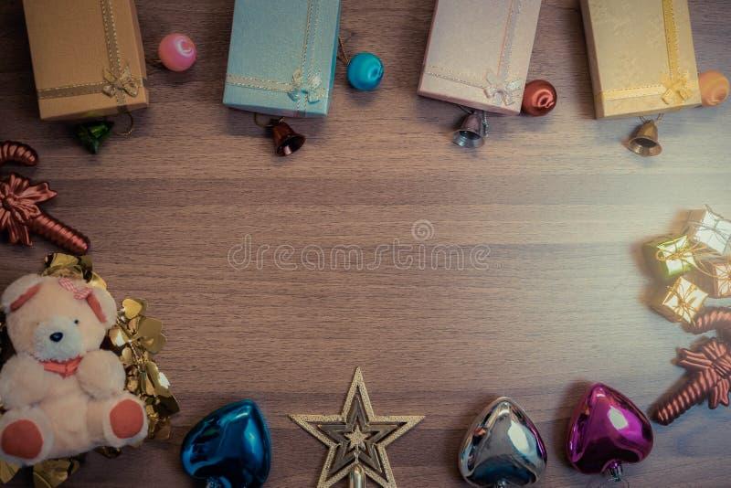 Bożenarodzeniowy drewniany tło z dekoracja prezenta pudełkami na woode obraz royalty free