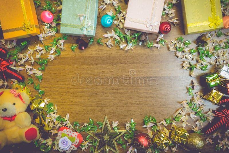 Bożenarodzeniowy drewniany tło z Origami prezenta pudełek Pawim deco zdjęcia stock