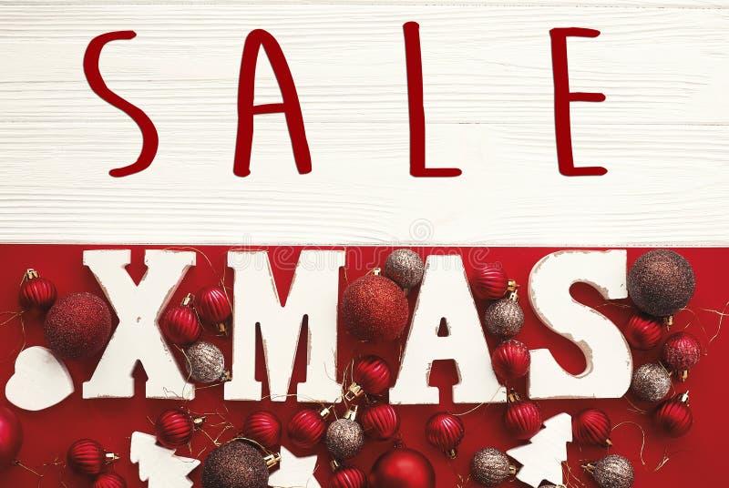 Bożenarodzeniowy duży sprzedaż tekst i Xmas biel podpisujemy na czerwonym tle fl obrazy royalty free