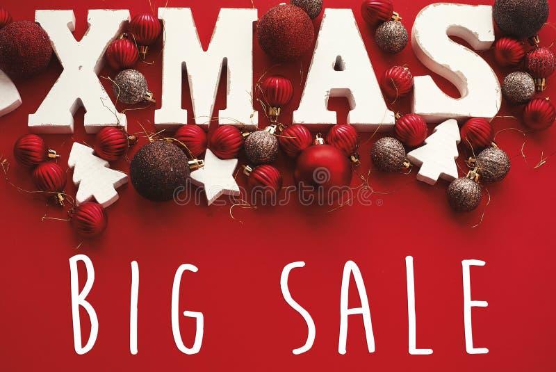 Bożenarodzeniowy duży sprzedaż tekst i Xmas biel podpisujemy na czerwonym tle fl fotografia royalty free