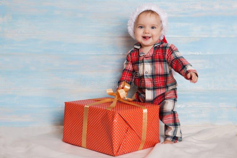 Bożenarodzeniowy dziecko w Santa kapeluszu zdjęcie royalty free