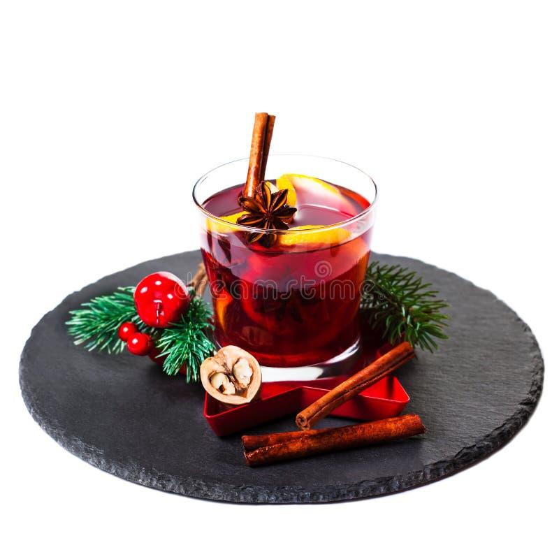 Bożenarodzeniowy Gorący rozmyślający wino dla zimy z pikantność odizolowywać na whi obrazy royalty free