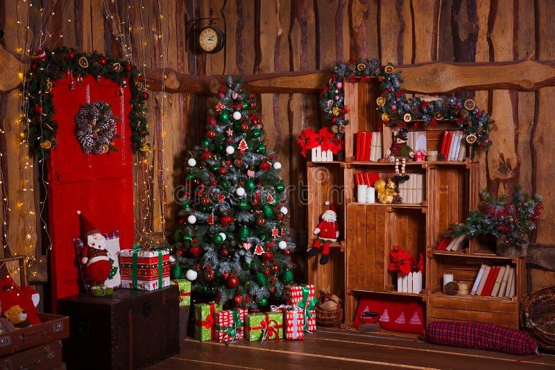 Bożenarodzeniowy Izbowy Wewnętrzny projekt, Xmas drzewo Dekorujący światłami, teraźniejszość, prezenty, zabawki, świeczki I girla fotografia royalty free