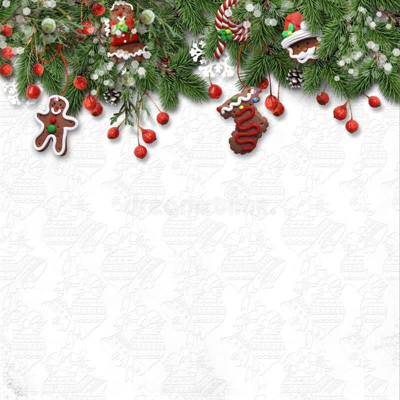 Bożenarodzeniowy jedlinowy drzewo z ciastkiem, holly i dekoracją na bielu, fotografia royalty free