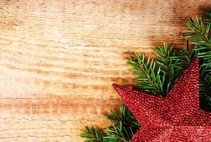 Bożenarodzeniowy jedlinowy drzewo z dekoracją na drewnianej desce. Rocznika fram zdjęcie royalty free