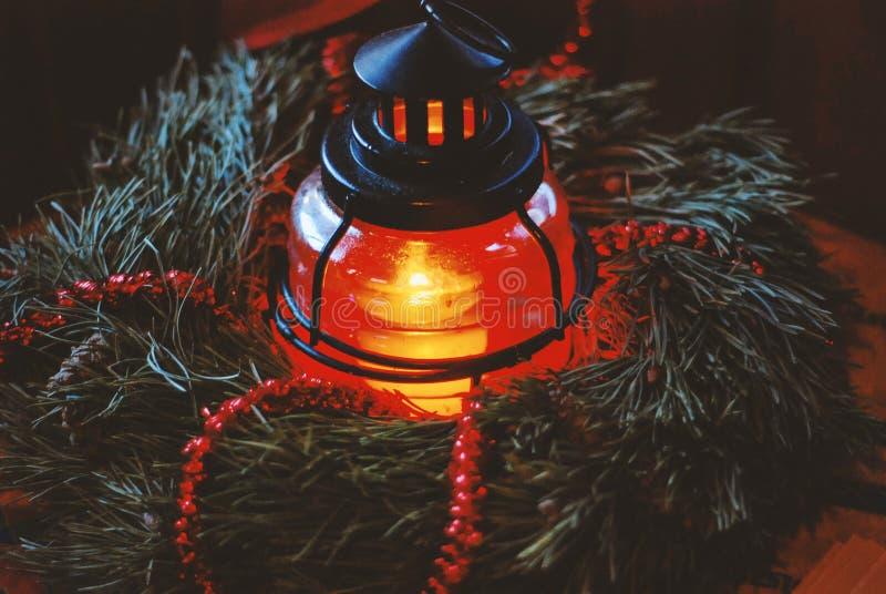 Bożenarodzeniowy jedlinowy wianek z latarniową płonącą świeczką fotografia stock