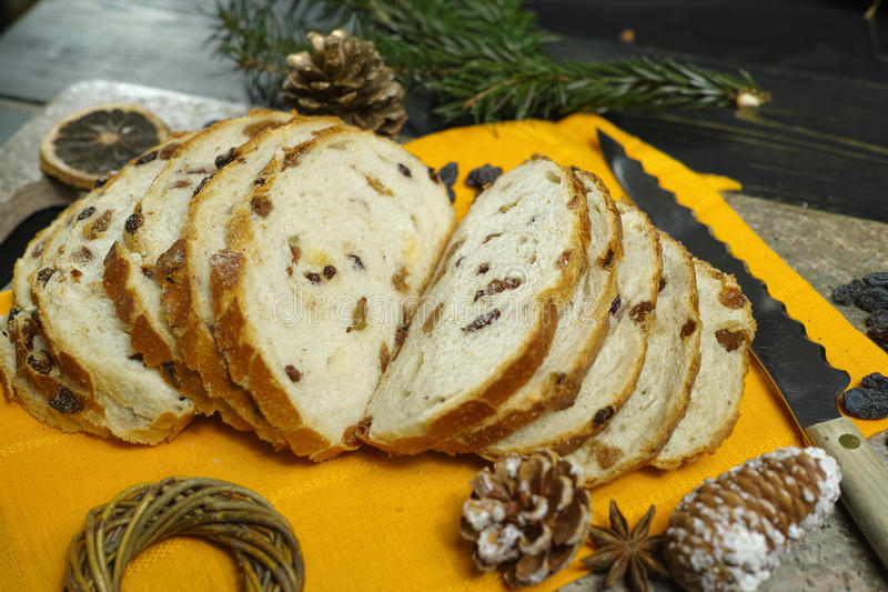 Bożenarodzeniowy jedzenie - Świeży piec rodzynka chleb fotografia stock