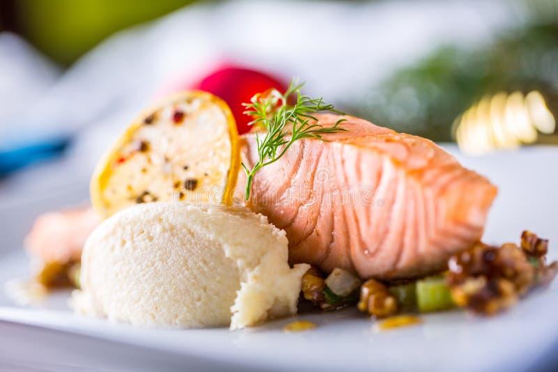 Bożenarodzeniowy jedzenie z łososiem polędwicowy i dekoracja domowy hotel lub r obraz royalty free