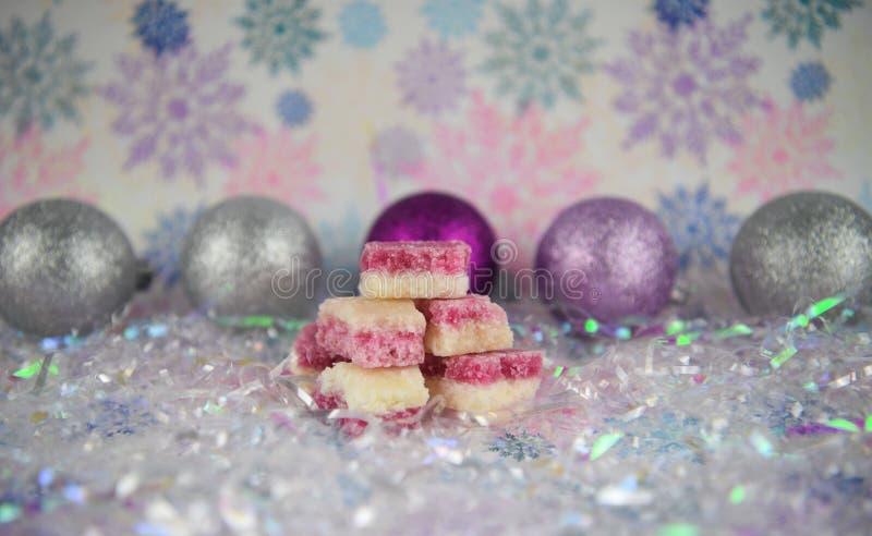 Bożenarodzeniowy karmowy fotografia obrazek Angielscy staromodni kokosowego lodu cukierki z srebnymi błyskotliwość baubles i płat fotografia royalty free