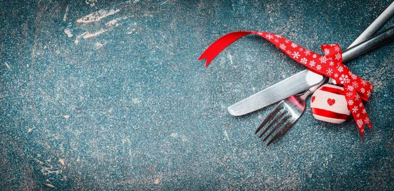 Bożenarodzeniowy karmowy tło z stołowym miejsca położeniem: rozwidlenia, nożowej i świątecznej dekoracja, zdjęcia royalty free