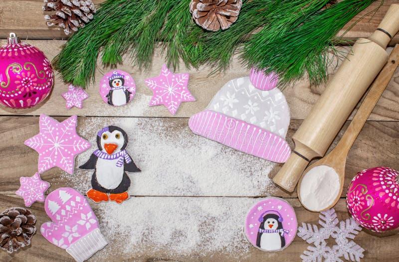 Bożenarodzeniowy kucharstwo Mąka dla piec, toczna szpilki, imbirowych ciastek w postaci pingwinów, mitynek i kapeluszy z asterysk obraz royalty free