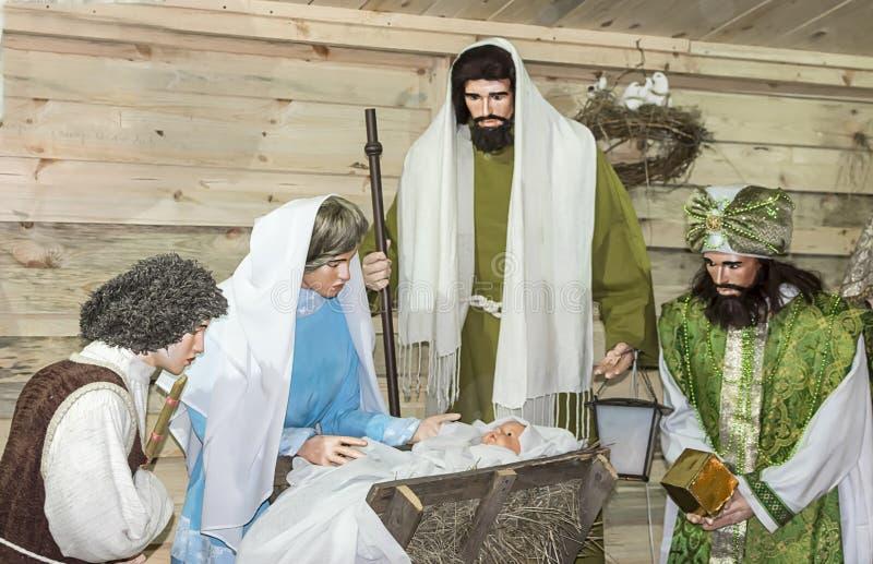 Bożenarodzeniowy lali przedstawienie z nowonarodzonym dziecka jezus chrystus i jego matkujemy Mary obrazy royalty free