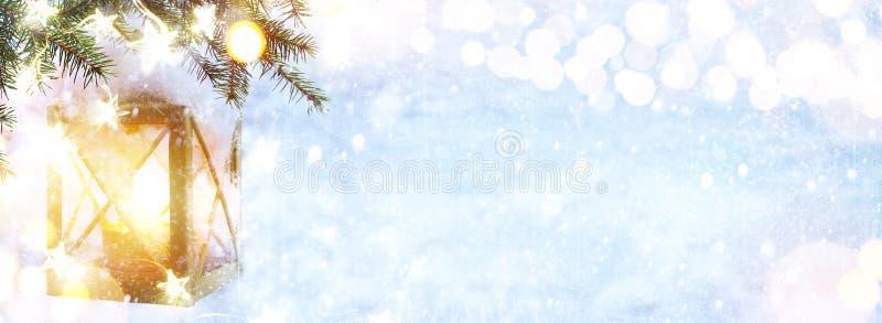 Bożenarodzeniowy lampion Na Śnieżnej Jedlinowej gałąź zdjęcia stock
