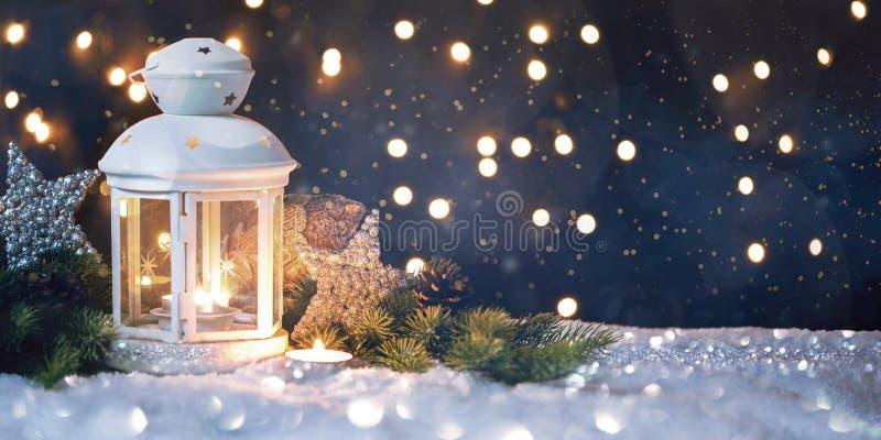Bożenarodzeniowy lampion Na śniegu Z jodły gałąź W wieczór scenie zdjęcie royalty free