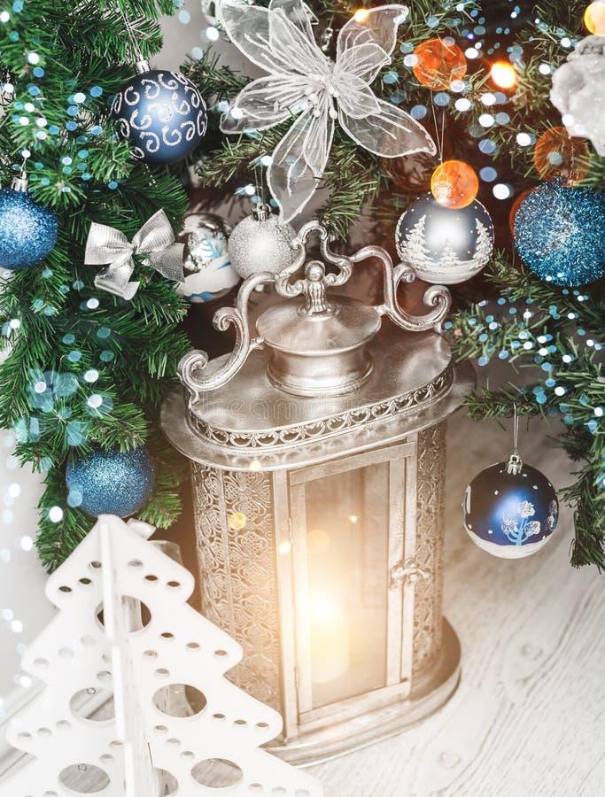 Bożenarodzeniowy lampion pod choinką z dekoracją, śnieg, zamazywał, iskrzący, jarzący się obrazy royalty free